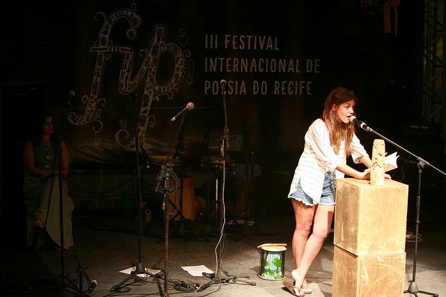 Matilde Campilho recita poemas de seu primeiro livro no FIO. Foto: Otávio de Souza