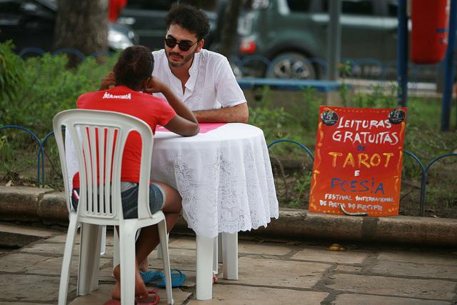 Banquinha de Tarô e Poesia , com Conrado Falbo. Foto: Otávio de Souza/Secult-PE